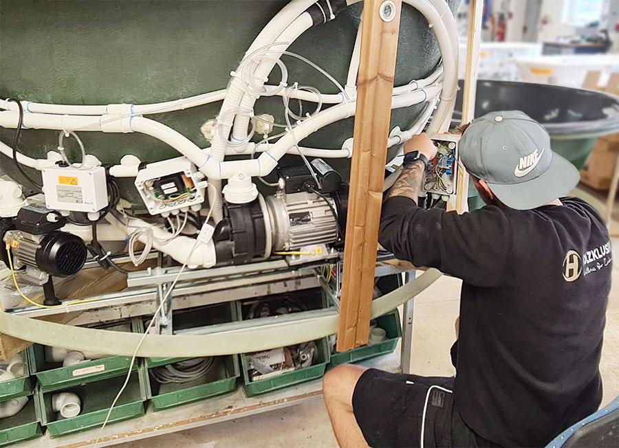 Installation Unterwassermassage eines Hot Tubs bei Holzklusiv in Gummersbach